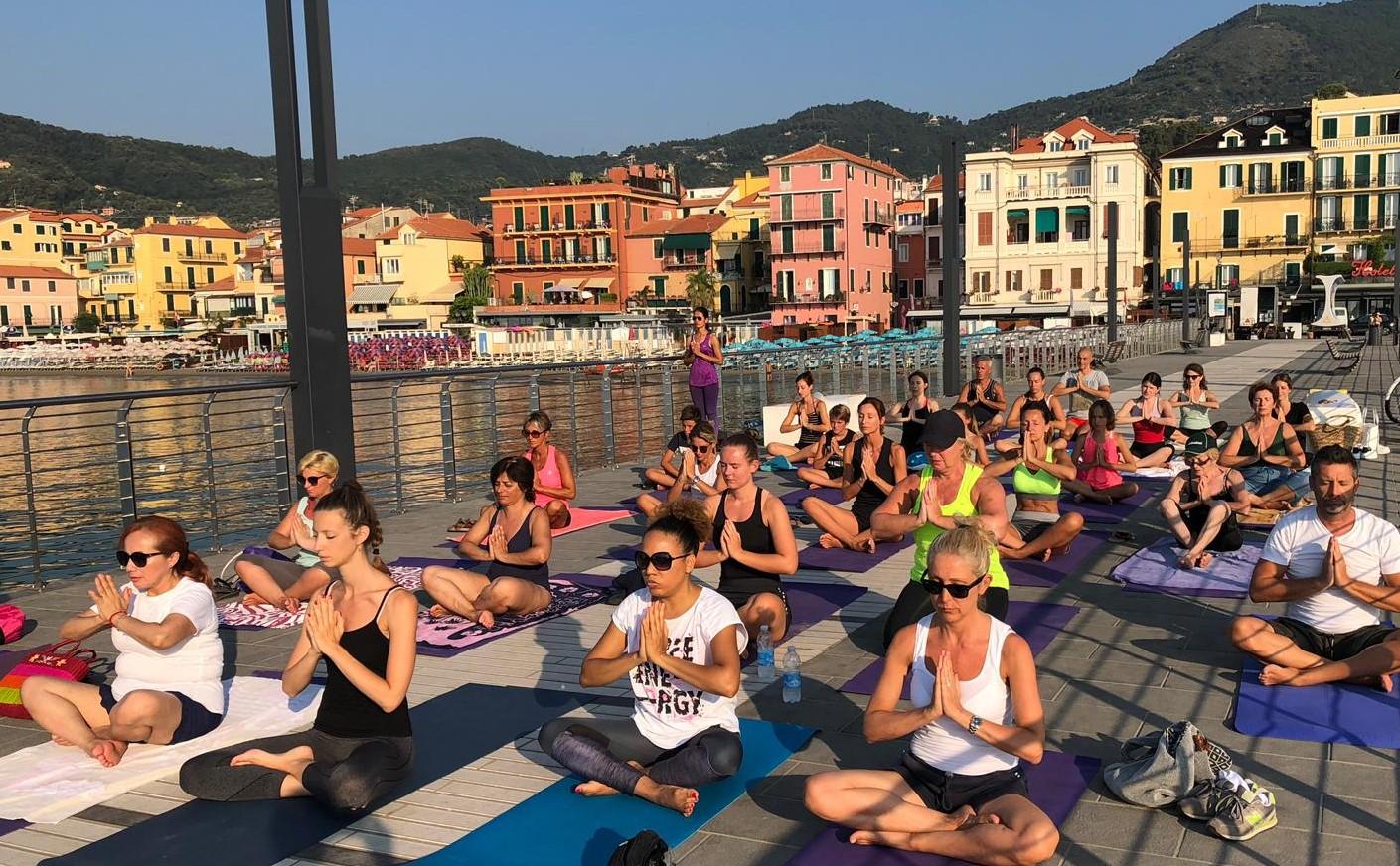 1_essere-free-yoga-gratuito-benessere-per-tutti-village-citta-alassio-estate-lucia-ragazzi-summer-town-wellness-001