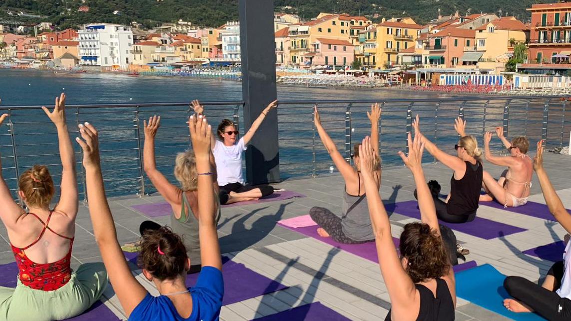 1_essere-free-yoga-gratuito-benessere-per-tutti-village-citta-alassio-estate-lucia-ragazzi-summer-town-wellness-043