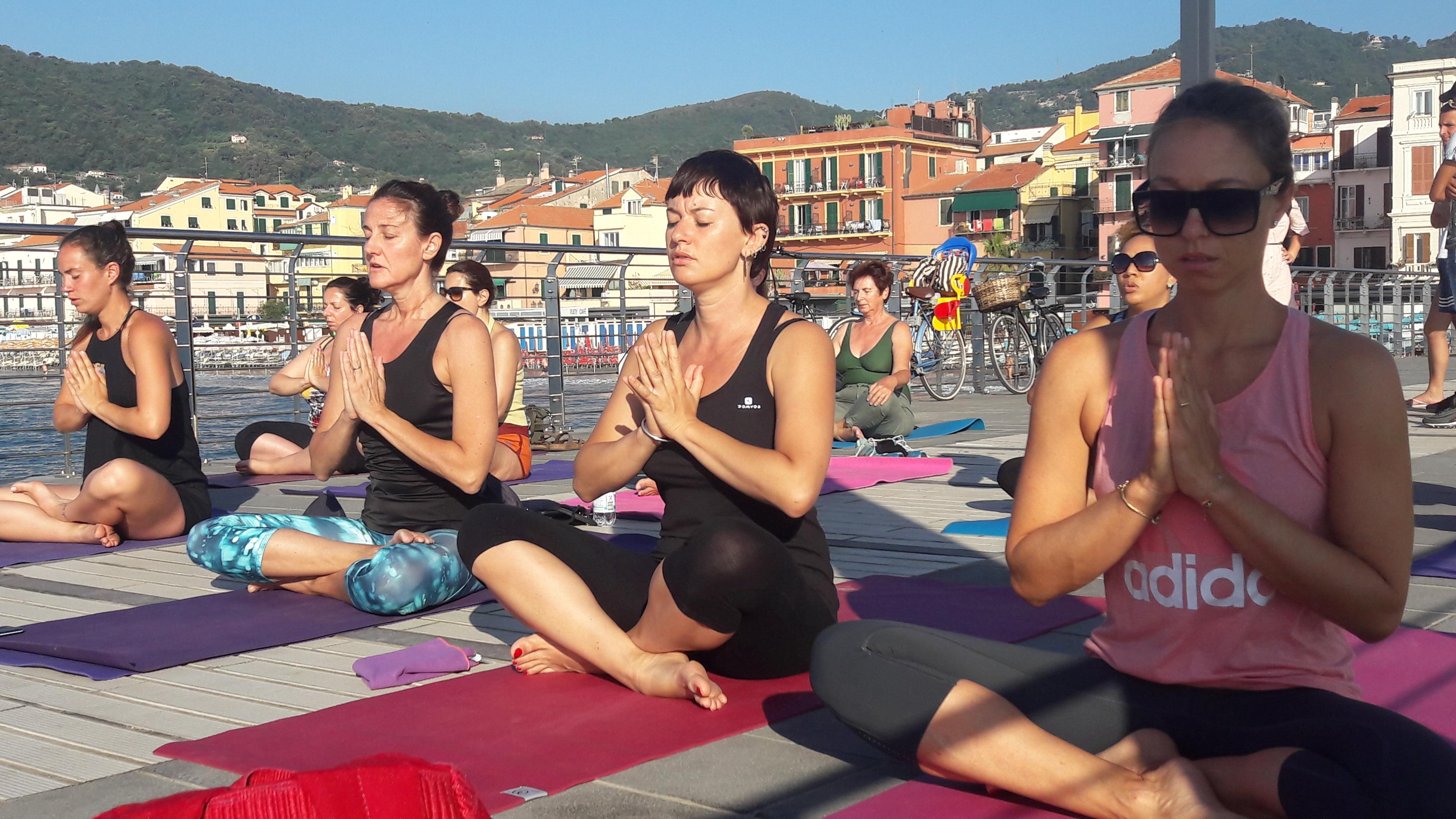 1_essere-free-yoga-gratuito-benessere-per-tutti-village-citta-alassio-estate-lucia-ragazzi-summer-town-wellness-045