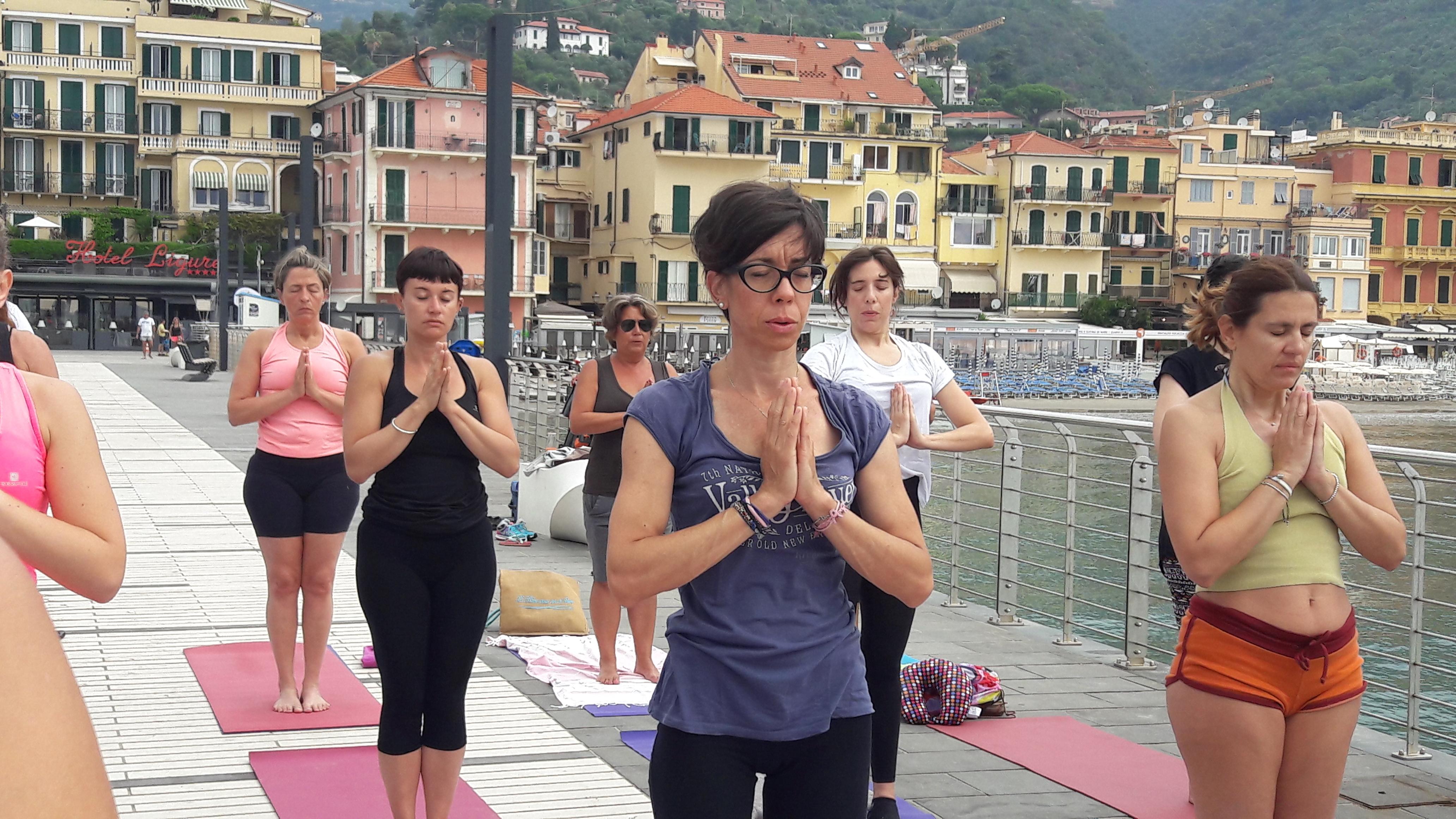 1_essere-free-yoga-gratuito-benessere-per-tutti-village-citta-alassio-estate-lucia-ragazzi-summer-town-wellness-064