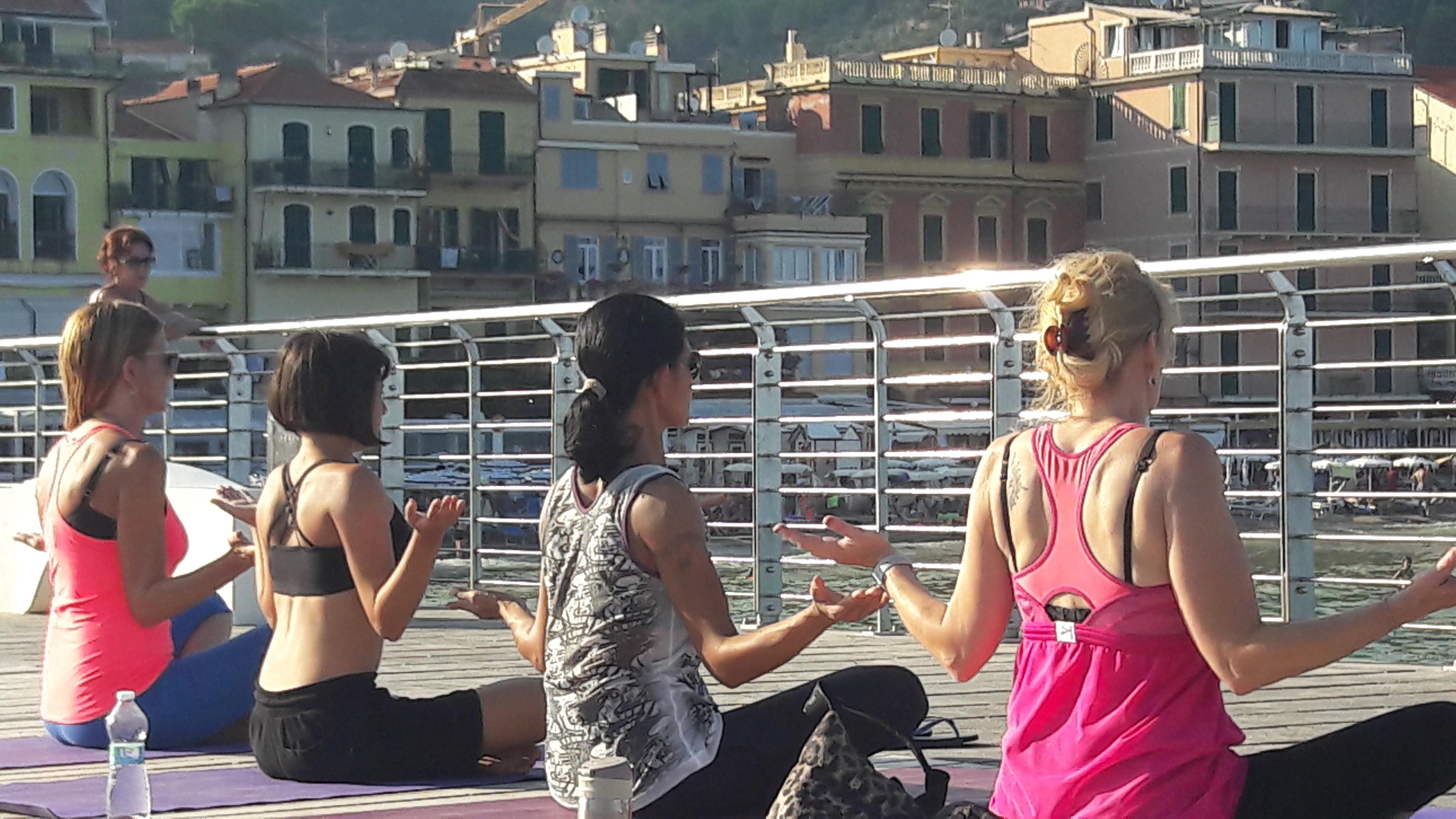 1_essere-free-yoga-gratuito-benessere-per-tutti-village-citta-alassio-estate-lucia-ragazzi-summer-town-wellness-065
