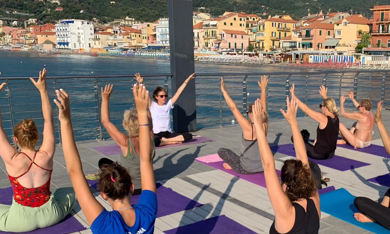 1_essere-free-yoga-gratuito-benessere-per-tutti-village-citta-alassio-estate-lucia-ragazzi-summer-town-wellness-074