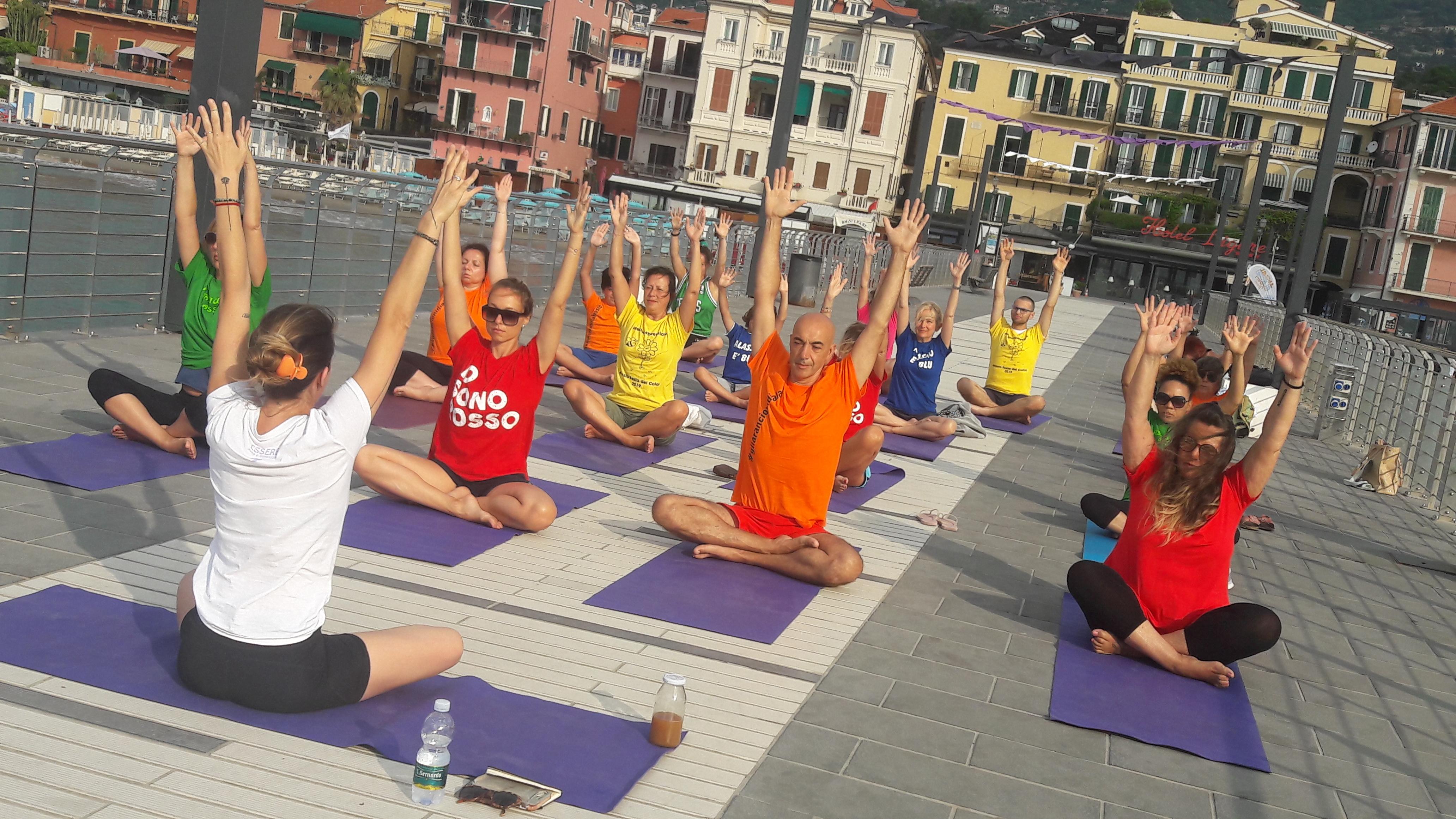 Alassio-united-colors-of-yoga-free-gratuito-per-tutti-festa-colori-lucia-ragazzi-essere-benessere-2