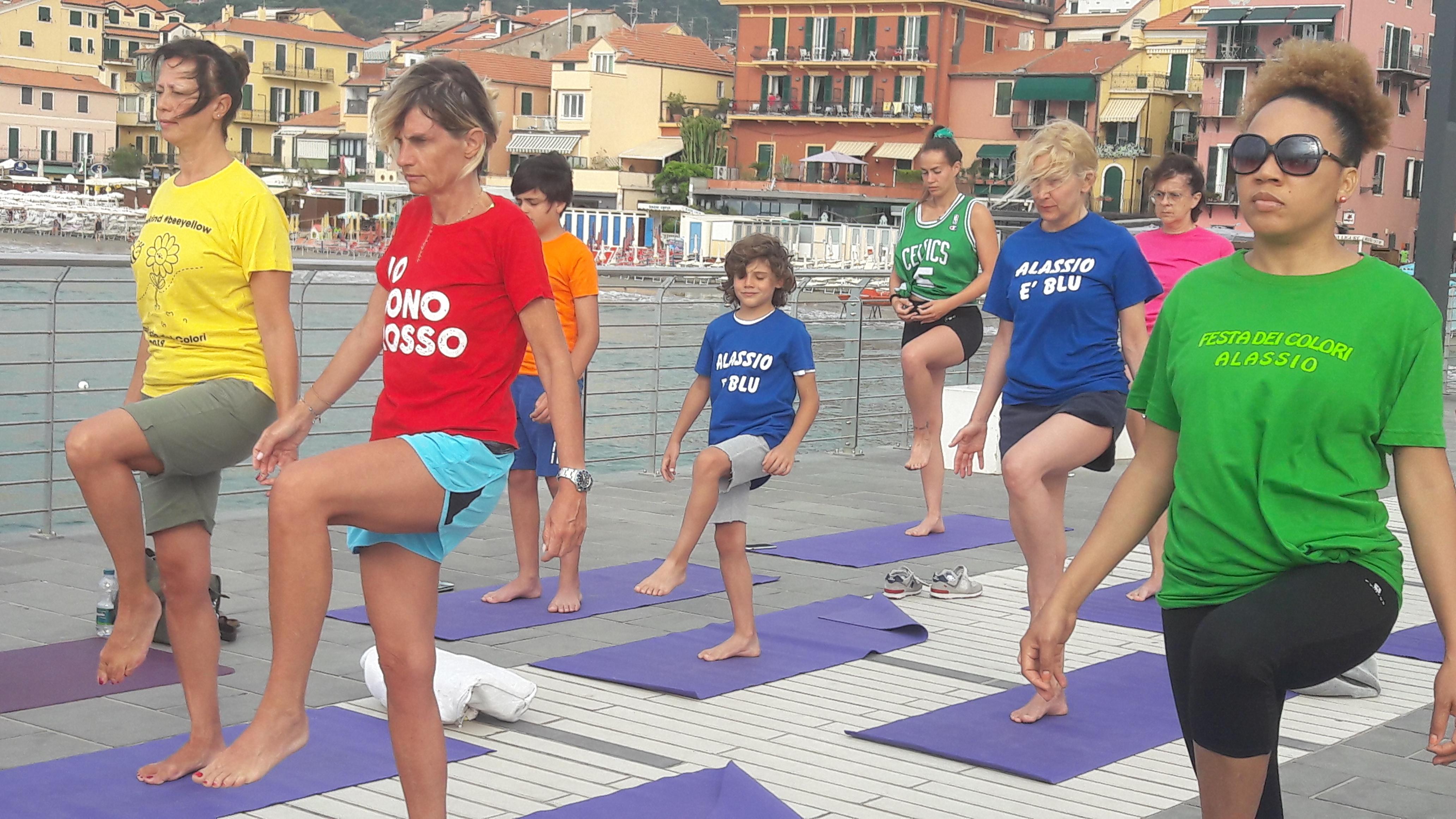 Alassio-united-colors-of-yoga-free-gratuito-per-tutti-festa-colori-lucia-ragazzi-essere-benessere-3