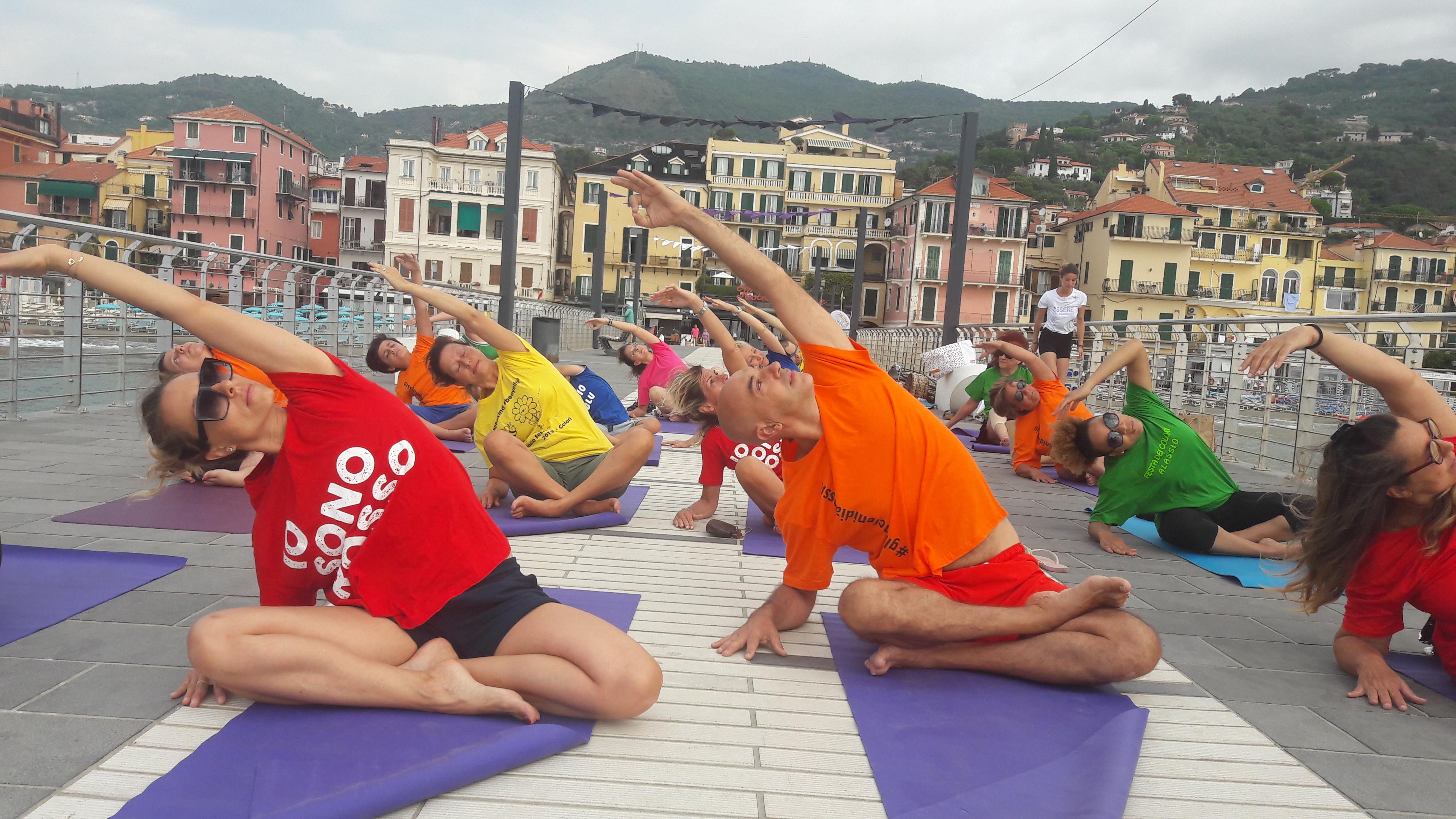 Alassio-united-colors-of-yoga-free-gratuito-per-tutti-festa-colori-lucia-ragazzi-essere-benessere-4