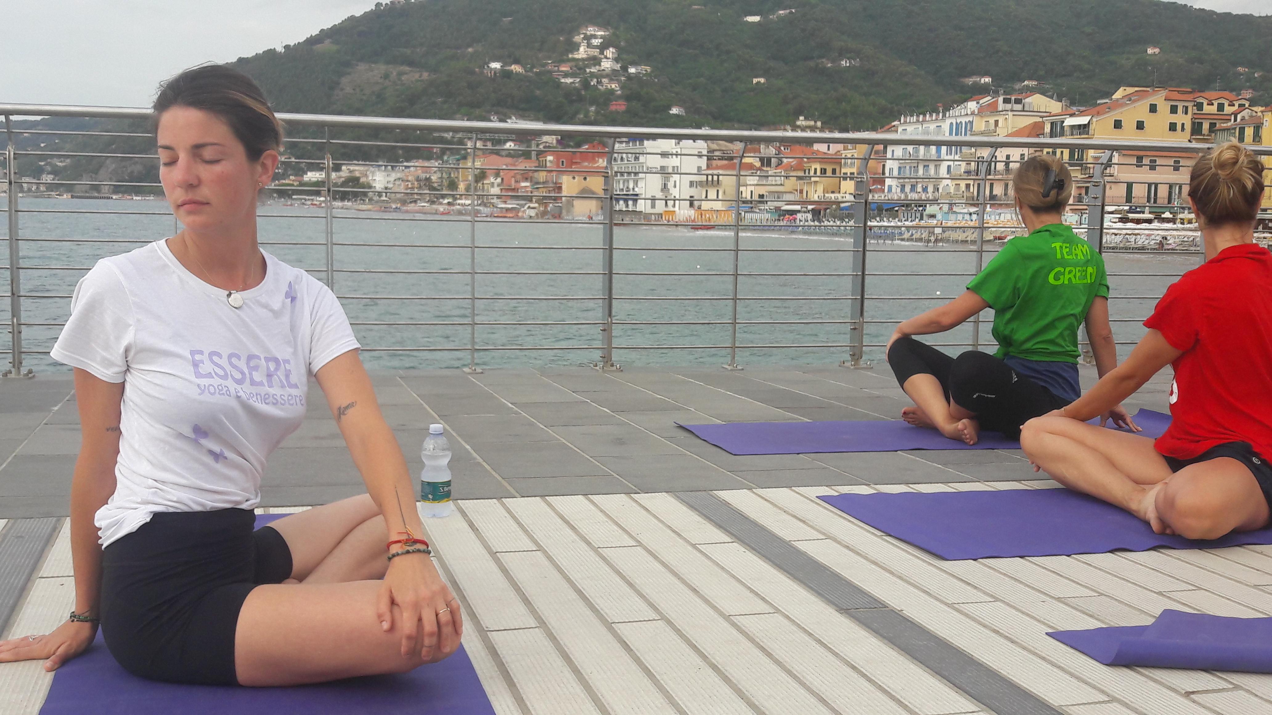 Alassio-united-colors-of-yoga-free-gratuito-per-tutti-festa-colori-lucia-ragazzi-essere-benessere-6