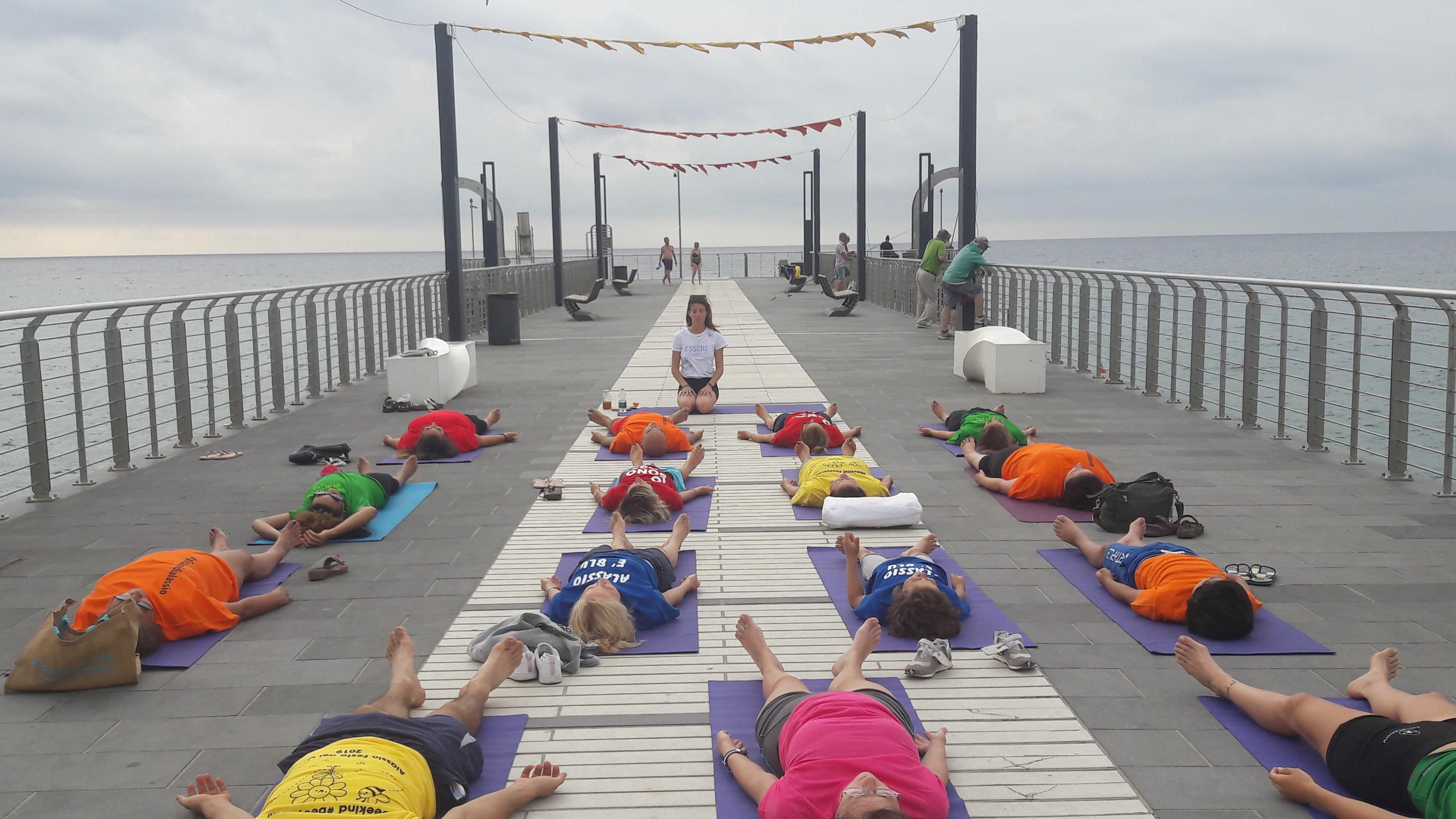 Alassio-united-colors-of-yoga-free-gratuito-per-tutti-festa-colori-lucia-ragazzi-essere-benessere-7