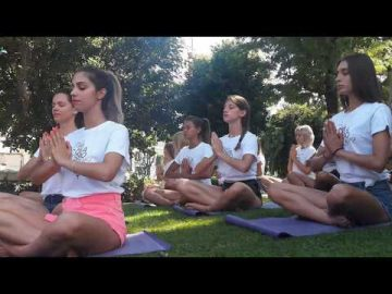 yoga con le Miss - Essere Yoga e Benessere - Alassio - Acqua - Lucia Ragazzi - Free Yoga