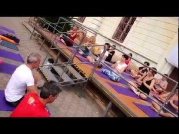 Free Yoga, pratica yoga e protesta pacifica sotto il comune di Alassio