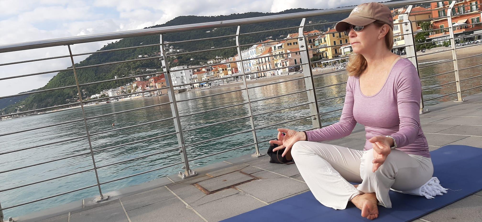yoga-rosa-alassio-molo-gratuito-free-essere-benessere-lucia-ragazzi-donne-prevenzione-airc-tumori-sociale